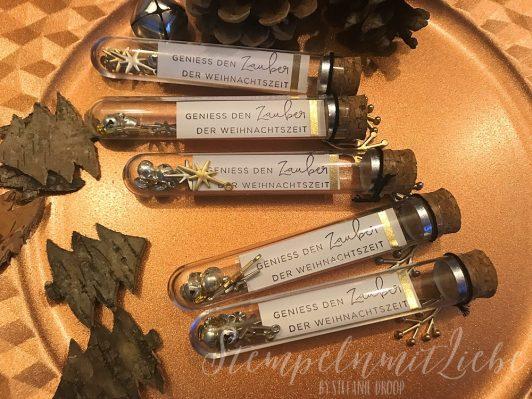 Weihnachtliche Röhrchen in Gold und Silber