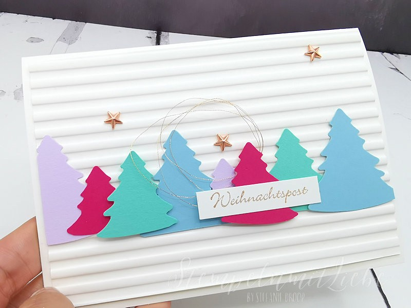 Weihnachtsbäume in Pastellfarben