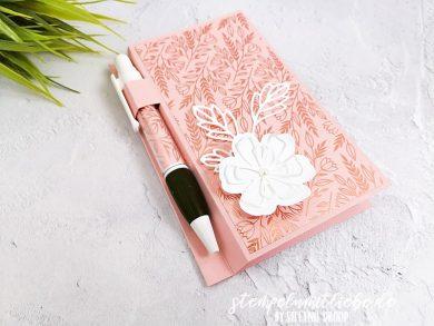 Notizblock in Kirschblüte mit Kugelschreiber